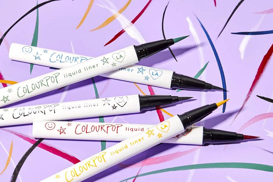5 marcas de maquillaje que están innovando con sus delineadores de colores que realmente funcionan