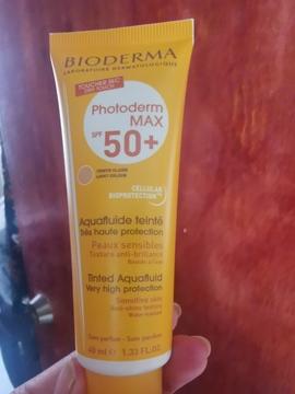 Foto de Bioderma Photoderm MAX Aquafluide SPF 50+