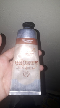 Foto de The Body Shop Crema de Manos y Uñas Almendra