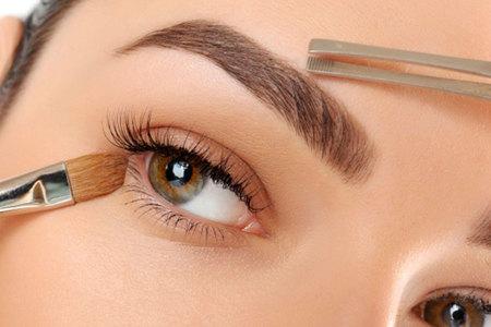 7 tips sencillos y rápidos que te ayudarán a cuidar de tus cejas (y mantenerlas en forma).